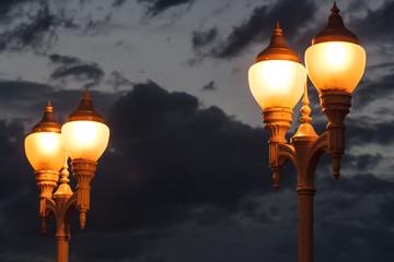 Cuatro farolas encendidas en la noche