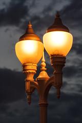 Farolas encendidas por la noche