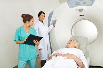 Radiologe und Krankenschwester am MRT
