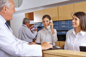 Rezeption in einem Krankenhaus