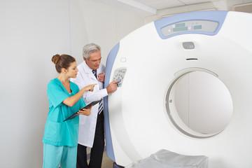 Arzt erklärt Krankenschwester das MRT