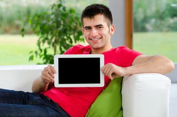 freundlicher mann zeigt tablet