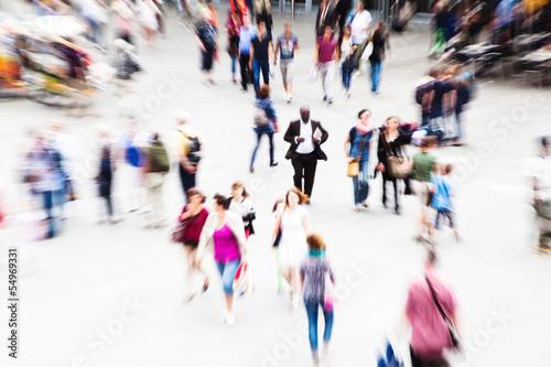 Menschen unterwegs mit Zoom-Effekt