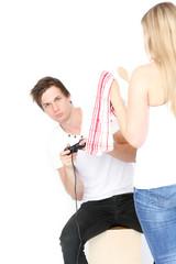 junger Mann drückt sich vor der Hausarbeit