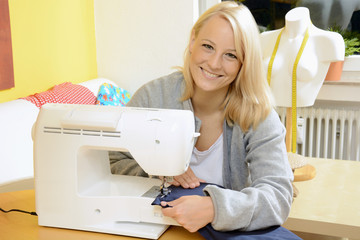 Frau arbeitet mit Nähmaschine