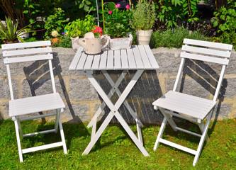 weiße Gartenmöbel Tisch Blumen
