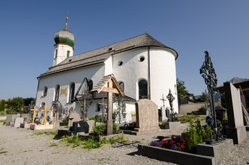 Friedhof mit Kirche in Tirol