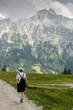 Frau beim wandern in den Bergen