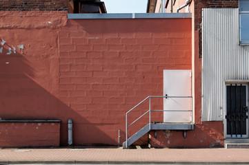 Rote Backsteinwand fassade mit Treppe