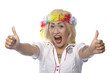 Frau im Matrosenlook mit Blumenkranz hebt beide Daumen