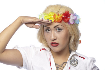 Frau im sommerlichen Kleid mit Blumenkranz (Hippie-Stil)