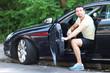 Mann steigt aus dem Auto
