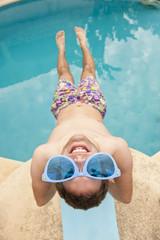 Spanien, Mallorca, Junger Mann mit lustiger Brille auf Sprungbrett