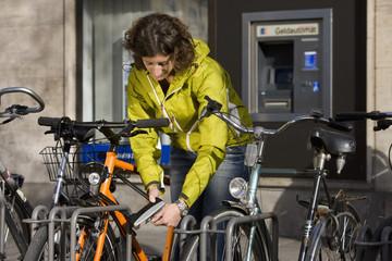 Deutschland, Bayern, München, Frau Verriegelung Fahrrad