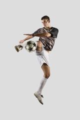 Fußball-Spieler treten Ball