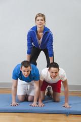 Deutschland, Berlin, Jugendliche bauen menschliche Pyramide