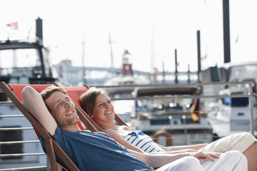 Deutschland, Hamburg, Entspannung auf Liegestühlen