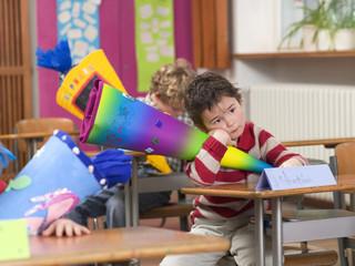 Kinder in Klassenzimmer mit Schultüten