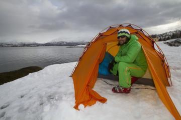 Norwegen, Lyngen, Skier im Zelt in der Nähe Polarmeer