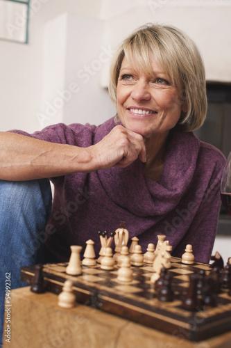 Deutschland, Kratzeburg, erwachsene Frau spielt Schach