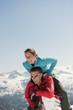 Österreich, Salzburg Land, Altenmarkt-Zauchensee, Frau springt über den Menschen im Winter