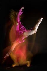 Weiblich Ballett-Tänzer springend in der Luft