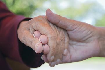erwachsene Frauen, Händchen haltend