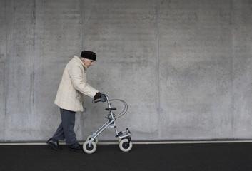 Österreich, erwachsene Frau mit Rollator