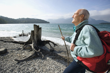 Deutschland, Bayern, Walchensee, erwachsener Mann eine Pause auf Seeufer