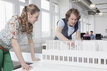Deutschland, Bayern, München, Architekten Blick auf architektonisches Modell