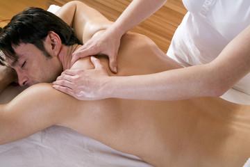 Mann erhält Rückenmassage