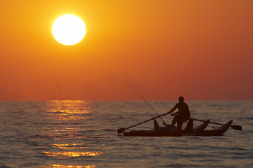 Italien, Forte dei Marmi, Mann Angeln im Boot bei Sonnenuntergang