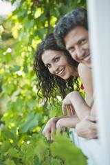 Deutschland, Bayern, Paar auf Balkon, Lächeln