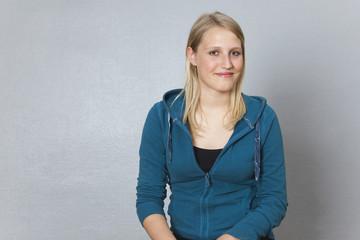 Deutschland, Berlin, Junge Frau lächelnd