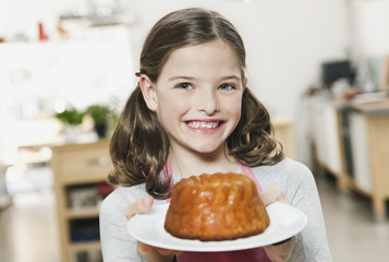 Deutschland, Köln, Mädchen mit Kuchen auf einem Teller