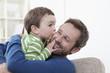 Deutschland, Bayern, München, Sohn küsst seine Vater