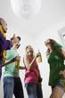 Deutschland, Berlin, Junge Leute bei einer Hausparty