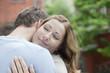 Deutschland, Paar umarmt sich auf Balkon