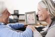 Deutschland, Wakendorf, Großeltern mit Foto von Enkelin