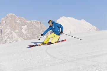 Italien, Trentino-Alto Adige, Südtirol, Bozen, Seiser Alm, Mann mittleren Alters auf Skitour