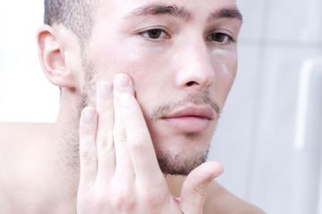 Mann benutzt Gesichtscreme