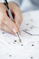 Architekt, der auf Blaupause deutet