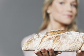 Frau mit Brot