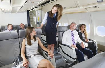 Deutschland, Bayern, München, Stewardess und Passagiere in der Business Class Flugzeugkabine
