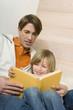 Vater liest dem Sohn vor