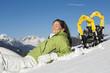 Frau mit Schneeschuhen, entspannt