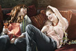 Deutschland, Berlin, Junge Frauen mit Champagner-Glas auf Couch
