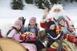 Italien, Südtirol, Seiseralm, Weihnachtsmann und Kinder, die eine Schlittenfahrt machen