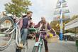 Deutschland, Bayern, München, Viktualienmarkt, Paar mit Fahrrädern, lachen
