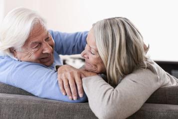 Deutschland, Wakendorf, Älteres Paar schaut sich an